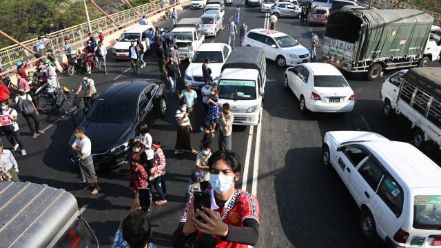 Darbe karşıtı Myanmarlılar yolları kapattı: 'Bozuk araba' hareketi