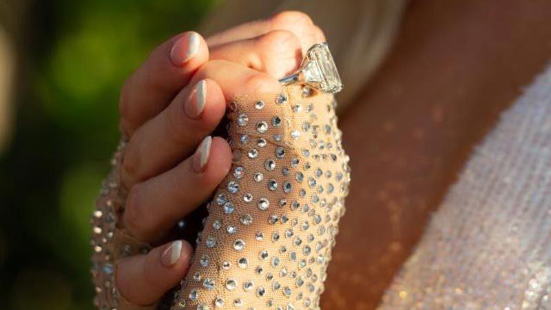 Ünlü yıldız dördüncü kez nişanlandı! Yüzüğü görenleri şaşı etti