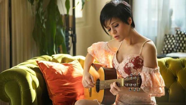 Ünlü şarkıcıdan şoke eden itiraf: Zorla öpmeye çalıştı…