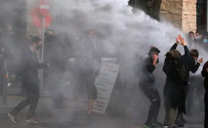 Güney Kıbrıs'ta halk sokağa döküldü