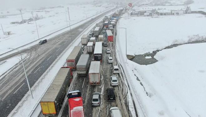 Balıkesir-Bursa karayolunda ulaşım durdu! Kuyruk 25 kilometreyi aştı