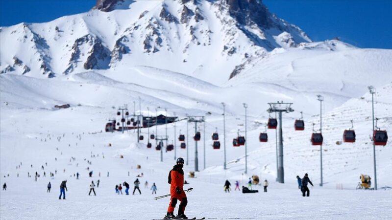 Erciyes'in pistleri kayak tutkunlarına adrenalinin zirvesini yaşatıyor