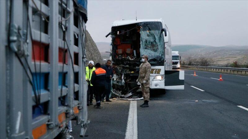 Yolcu otobüsü TIR'a çarptı: 3 ölü, 41 yaralı