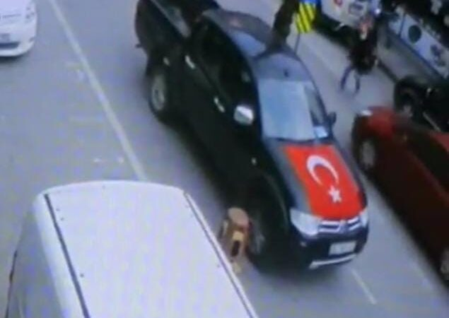 Bursa'da yolun karşısına geçmeye çalışırken böyle araba çarptı