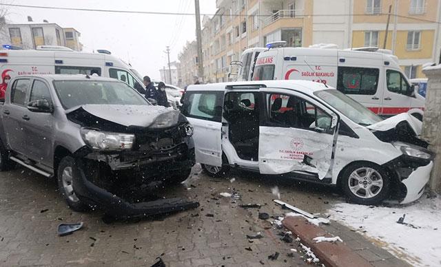 Aşı çalışması yapan sağlık görevlileri kaza yaptı; 4 yaralı