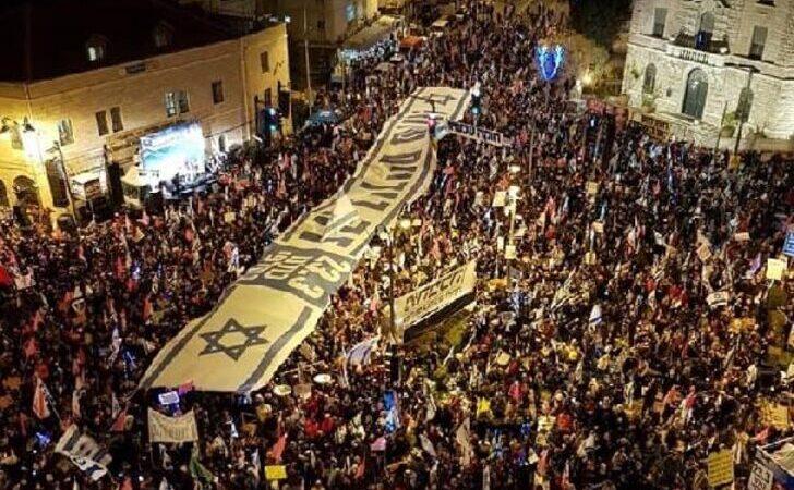 Binlerce kişi sokağa döküldü