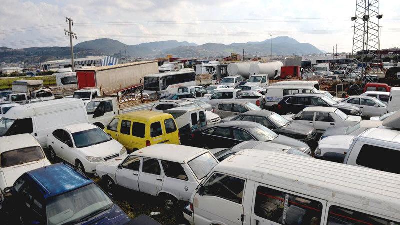 Değeri 80 milyon lirayı bulan araçlar otoparkta çürüyor