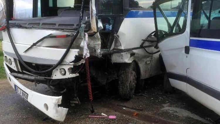 Manisa'da işçi servisleri çarpıştı: 10 yaralı