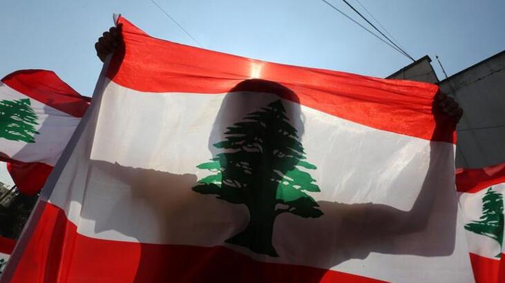 Lübnan'da hayat pahalılığını protesto eden göstericiler yolları trafiğe kapattı