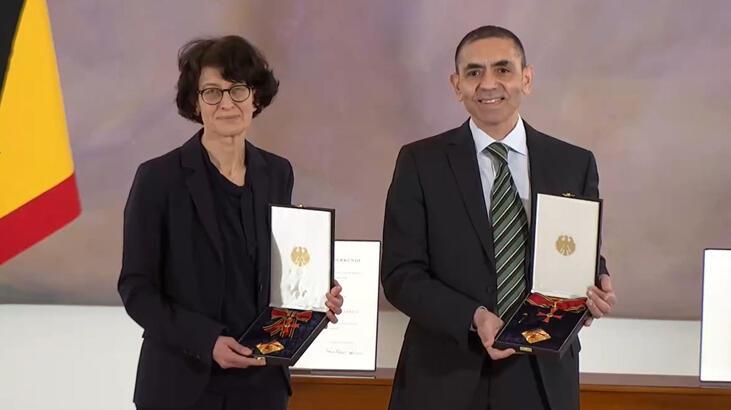 Türk bilim insanlarına büyük onur! Türeci ve Şahin'e liyakat nişanı verildi