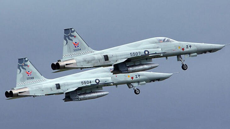 Tayvan'da iki savaş uçağı havada çarpıştı