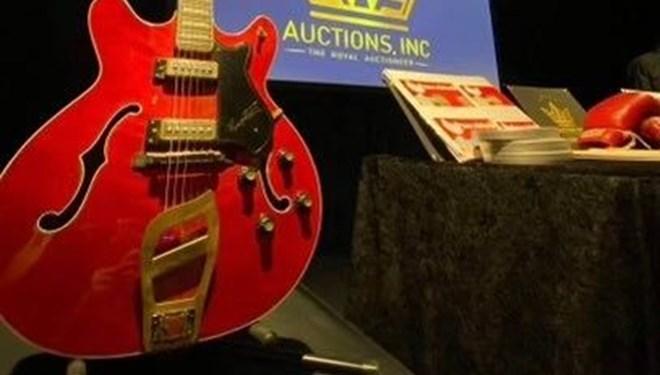 Elvis'in gitarı rekor fiyata satıldı