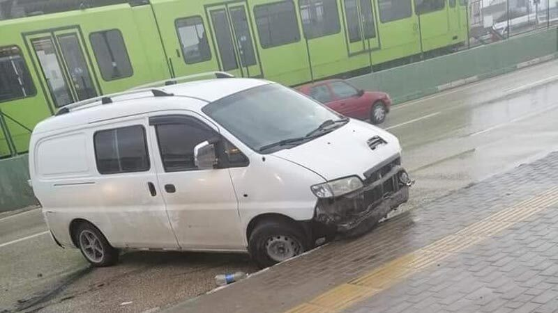 Bursa'da kaçak okul servisi kaza yaptı