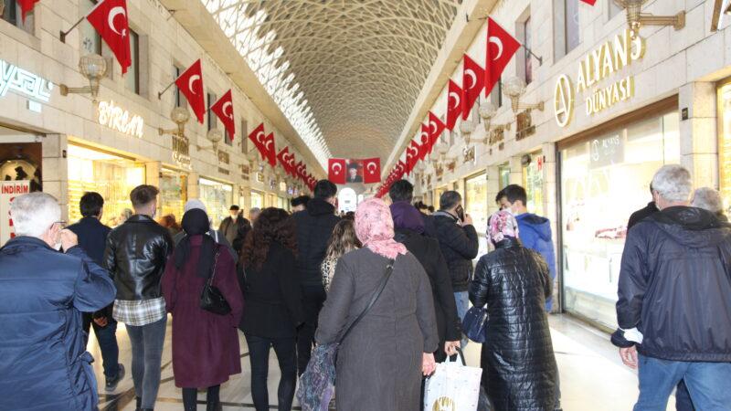 Bursalılar resmen oraya akın etti! Kapalı Çarşı'da kuyruk oluştu…