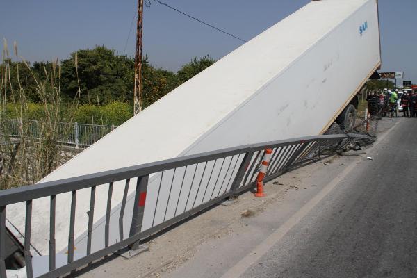 Şoförünün direksiyon başında uyuduğu TIR köprüden düştü!