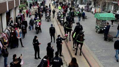 Bursa'da atlı polis birlikleri kadınlara karanfil dağıttı