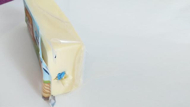 Marketten aldığı kaşar peynirin içinden çıkanı görünce şoke oldu