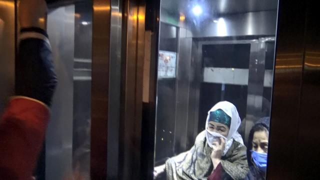 İki kadın metrobüs asansöründe mahsur kaldı