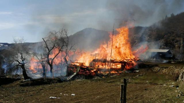 Köyde yangın paniği! 4 ev, 4 samanlık ve 4 ahır…