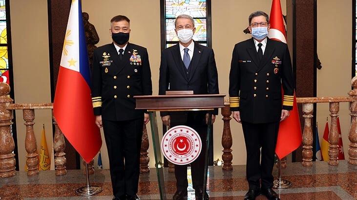 Bakan Akar, Filipinler Deniz Kuvvetleri Komutanı ile görüştü