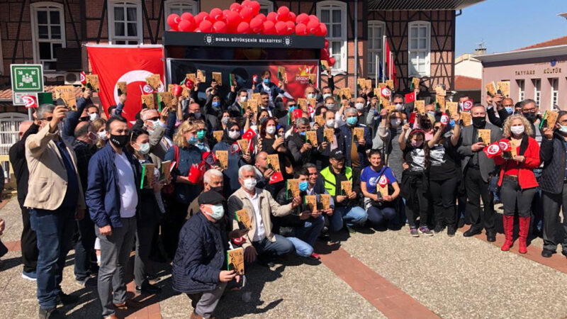 İYİ Parti'liler 'Nutuk' dağıttı