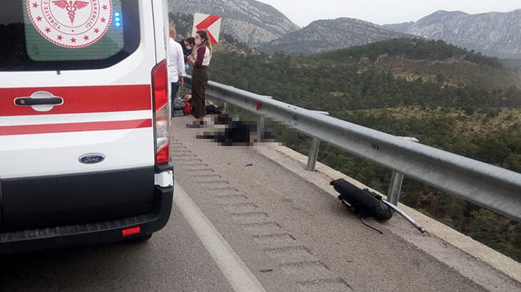 Feci görüntü! Motosiklet bariyerlere çarptı: 2 ölü