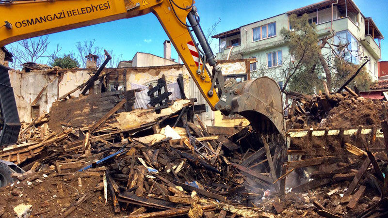 Bursa'da yanan bina gece saatlerinde yıkıldı