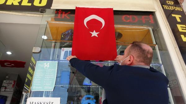 Bursa'da üzerine basılan bayrağı, şehit yeğeninin hatırasını yaşatmak için asmış