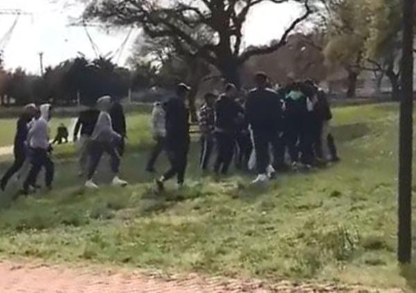 Bursa'da parkta kavga! Birbirlerine girdiler