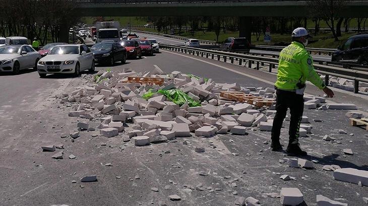 TIR'daki tuğlalar yola devrildi! Trafik kilitlendi