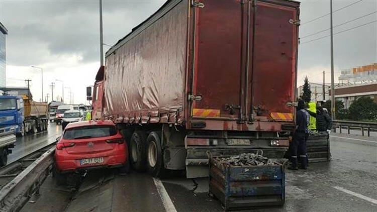 Otomobil parçaları yüklü kamyonun otomobile çarpması ulaşımı aksattı