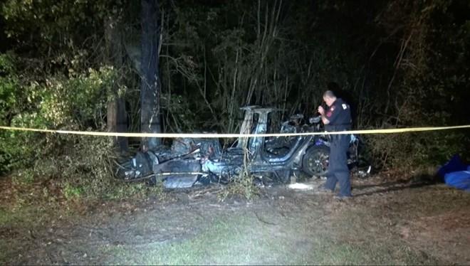 Sürücüsüz Tesla kaza yaptı: 2 kişi yanarak öldü