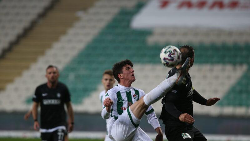 Bursaspor maçında korkutan kaza! Genç oyuncu ayağa kalkamadı!