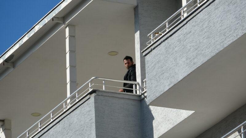Bursa'da önce eşini öldürdü; polisi görünce de balkona çıkıp intihara kalkıştı