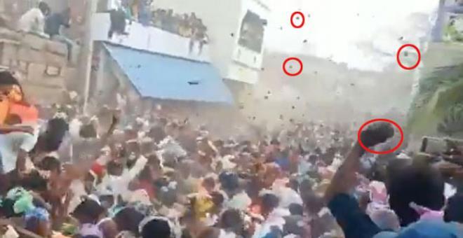 Binlerce kişi yarım saat boyunca birbirine inek gübresi fırlattı