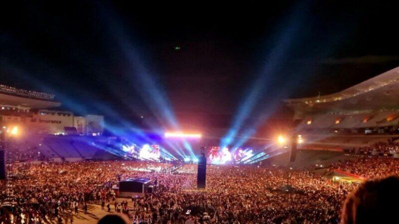 Maskesiz mesafesiz 50 bin kişilik konser