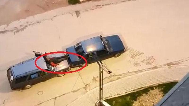 Görüntü Bursa'dan! Otomobilin kaputuna oturup…