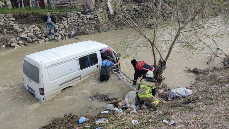 Bursa'da bu araç dereye uçtu! Sürücü ölümden döndü…