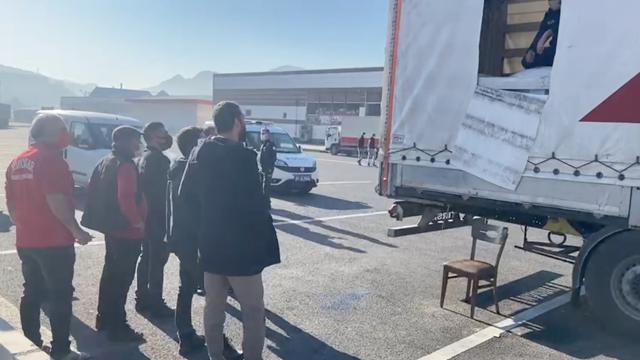 TIR'ın dorsesinden 218 düzensiz göçmen çıktı