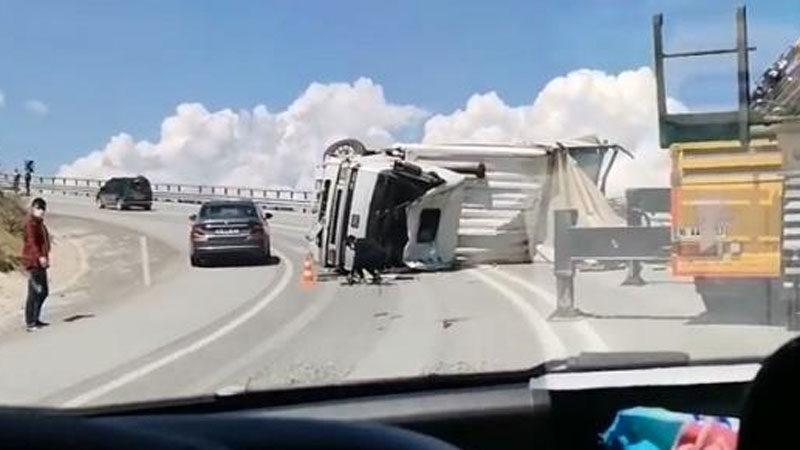 Bursa'da feci kaza! Virajı alamayınca devrildi