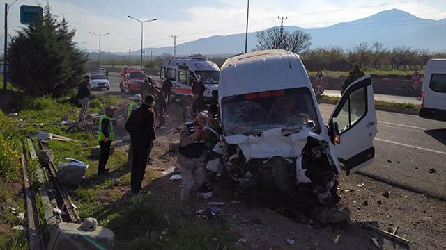 Yolcu minibüsü bariyerlere çarptı: 8 yaralı