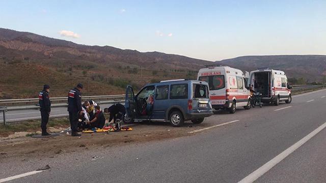 Hafif ticari araç su kanalına devrildi: 7 yaralı
