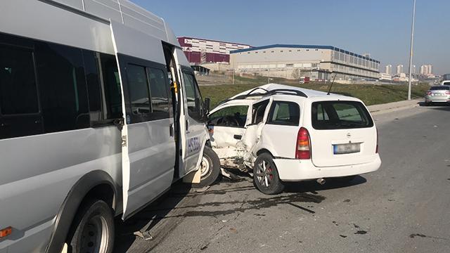İşçi servisi ile hafif ticari araç çarpıştı: 8 yaralı