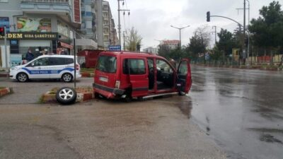 Kısıtlama saatinde 2 araç birbirine girdi