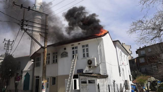 Caminin çatısı yandı