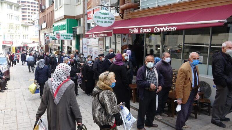 Bursa'da sonu gözükmeyen kuyruk! Bu insanlar ne bekliyor?