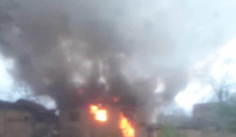 Bursa'da metruk bina alev alev yandı