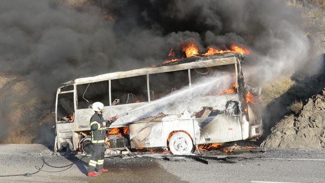 İşçi servisi yandı: 18 işçi son anda kurtuldu