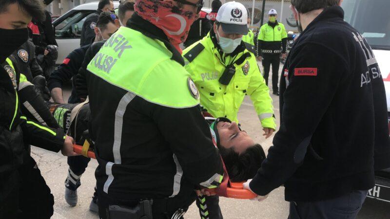 Bursa'da hafif ticari araçla motosiklet çarpıştı: 1 polis yaralı