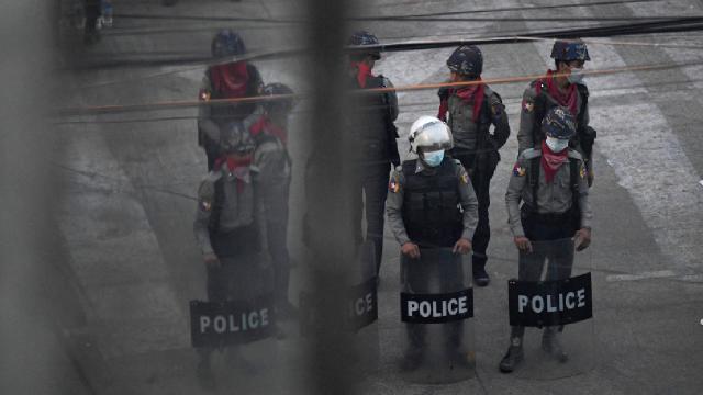 Myanmar'da polis karakoluna saldırı: 7 ölü